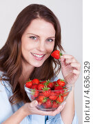 Купить «Юная девушка наслаждается спелой красной клубникой», фото № 4636329, снято 15 июля 2012 г. (c) Андрей Попов / Фотобанк Лори