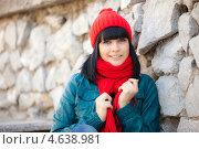 Красивая девушка в красной шапке и синей куртке позирует на улице. Стоковое фото, фотограф Александр Жильцов / Фотобанк Лори