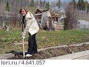 Купить «Женщина с лопатой работает в огороде», фото № 4641057, снято 12 мая 2013 г. (c) Ружьин Алексей / Фотобанк Лори