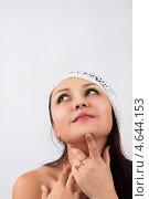 Красивая девушка в белой вязаной шапочке. Стоковое фото, фотограф Daniil Nikiforov / Фотобанк Лори