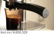 Купить «Кофемашина наливает кофе в стакан», видеоролик № 4650329, снято 21 мая 2013 г. (c) EugeneSergeev / Фотобанк Лори
