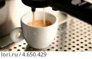 Купить «Кофемашина наливает эспрессо в белую чашку», видеоролик № 4650429, снято 21 мая 2013 г. (c) EugeneSergeev / Фотобанк Лори