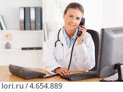 Купить «Женщина-доктор разговаривает по стационарному телефону», фото № 4654889, снято 11 июля 2011 г. (c) Wavebreak Media / Фотобанк Лори