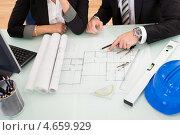 Архитекторы разбираются в чертеже. Стоковое фото, фотограф Андрей Попов / Фотобанк Лори