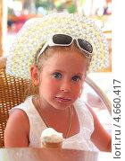 Купить «Маленькая девочка ест мороженое», фото № 4660417, снято 8 мая 2013 г. (c) Михаил Коханчиков / Фотобанк Лори