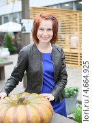 Купить «Девушка с тыквой», фото № 4664925, снято 24 мая 2013 г. (c) Надежда Глазова / Фотобанк Лори