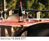 Бутылка вина и бокалы на столе. Редакционное фото, фотограф Николаева Наталья / Фотобанк Лори