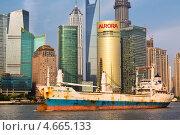 """Купить «Корабль """"Asia 21st century"""" идет по реке Хуанпу на фоне небоскребов района Пудонг города Шанхая, Китай», фото № 4665133, снято 12 мая 2013 г. (c) Николай Винокуров / Фотобанк Лори"""