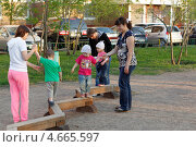 Купить «Москва, район Митино. Детская площадка», эксклюзивное фото № 4665597, снято 12 мая 2013 г. (c) Дмитрий Нейман / Фотобанк Лори