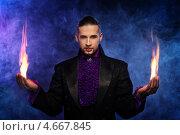 Купить «Маг выполняет трюки с пламенем», фото № 4667845, снято 16 мая 2013 г. (c) Andrejs Pidjass / Фотобанк Лори