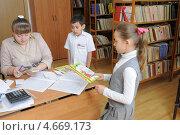 Купить «Ученики в школьной библиотеке», фото № 4669173, снято 23 апреля 2013 г. (c) Федор Королевский / Фотобанк Лори