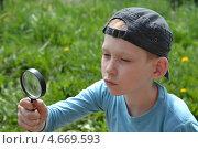Купить «Мальчик-подросток с увеличительным стеклом», фото № 4669593, снято 26 мая 2013 г. (c) Землянникова Вероника / Фотобанк Лори