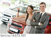 Купить «Счастливая молодая пара с ключами от нового автомобиля в автосалоне», фото № 4673101, снято 18 мая 2013 г. (c) Дмитрий Калиновский / Фотобанк Лори