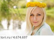 Портрет девушки с венком из одуванчиков. Стоковое фото, фотограф Mykhaylo Mykulyak / Фотобанк Лори