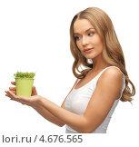 Купить «Красивая девушка с ростками травы», фото № 4676565, снято 8 декабря 2012 г. (c) Syda Productions / Фотобанк Лори