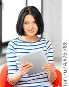 Купить «Счастливая молодая женщина с планшетным тонким компьютером», фото № 4676789, снято 7 апреля 2012 г. (c) Syda Productions / Фотобанк Лори