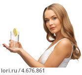 Купить «Красивая молодая женщина со стаканом минеральной воды», фото № 4676861, снято 8 декабря 2012 г. (c) Syda Productions / Фотобанк Лори