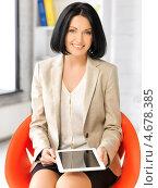 Купить «Счастливая молодая женщина с планшетным тонким компьютером», фото № 4678385, снято 7 апреля 2012 г. (c) Syda Productions / Фотобанк Лори