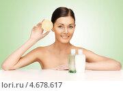 Купить «Молодая женщина с флаконами косметических средств для ухода за кожей», фото № 4678617, снято 6 января 2013 г. (c) Syda Productions / Фотобанк Лори