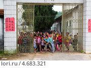 Купить «Ворота в провинициальный школьный двор рядом с поселком Яншо в Гуанси-Чжуанском автономном районе Китая», фото № 4683321, снято 17 мая 2013 г. (c) Николай Винокуров / Фотобанк Лори