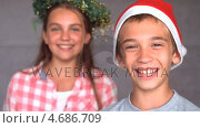 Купить «Smiling siblings with christmas hat», видеоролик № 4686709, снято 23 августа 2019 г. (c) Wavebreak Media / Фотобанк Лори