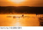 Купить «Летний пейзаж с рыбаками, ловящими рыбу на рассвете», эксклюзивное фото № 4688581, снято 20 мая 2013 г. (c) Игорь Низов / Фотобанк Лори