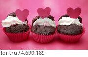 Купить «Three valentines cupcakes», видеоролик № 4690189, снято 22 июля 2018 г. (c) Wavebreak Media / Фотобанк Лори