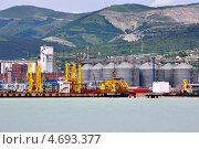 Купить «Большой грузовой порт в Новороссийске в плохую погоду. Россия», фото № 4693377, снято 25 мая 2012 г. (c) Анна Мартынова / Фотобанк Лори