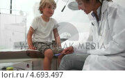 Купить «Doctor testing reaction of a child leg», видеоролик № 4693497, снято 20 февраля 2020 г. (c) Wavebreak Media / Фотобанк Лори