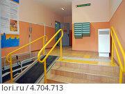 Купить «Подъезд многоэтажного дома, приспособленный для людей с ограниченными возможностями», фото № 4704713, снято 27 мая 2010 г. (c) Владимир Горощенко / Фотобанк Лори