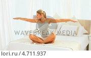 Купить «Cute blonde woman doing exercise», видеоролик № 4711937, снято 26 марта 2019 г. (c) Wavebreak Media / Фотобанк Лори