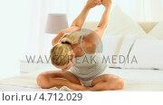Купить «Woman meditating on her bed», видеоролик № 4712029, снято 26 марта 2019 г. (c) Wavebreak Media / Фотобанк Лори