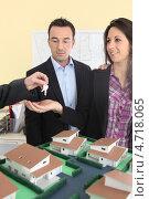 Купить «Супружеская пара в офисе агента по недвижимости», фото № 4718065, снято 21 января 2010 г. (c) Phovoir Images / Фотобанк Лори