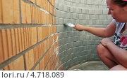 Купить «Маляр красит кирпичную стену», видеоролик № 4718089, снято 4 июня 2013 г. (c) Кекяляйнен Андрей / Фотобанк Лори