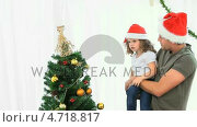 Купить «Man helping his daughter to decorate the Christmas tree», видеоролик № 4718817, снято 22 июля 2019 г. (c) Wavebreak Media / Фотобанк Лори