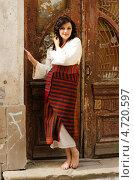 Девушка в традиционном украинском костюме около деревянной двери. Стоковое фото, фотограф Mykhaylo Mykulyak / Фотобанк Лори