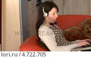 Купить «Laughing woman with headset on using a laptop», видеоролик № 4722705, снято 16 февраля 2019 г. (c) Wavebreak Media / Фотобанк Лори