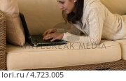 Купить «Mirthful woman lying down using a laptop», видеоролик № 4723005, снято 16 февраля 2019 г. (c) Wavebreak Media / Фотобанк Лори