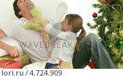 Купить «Dad and daughter playing with Christmas gifts», видеоролик № 4724909, снято 23 августа 2019 г. (c) Wavebreak Media / Фотобанк Лори
