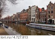 Амстердам. Прогулочный катер на канале Херенграхт (Amsterdam, Herengracht) (2013 год). Редакционное фото, фотограф Виктория Катьянова / Фотобанк Лори