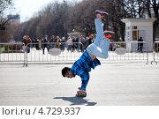 Купить «Молодой человек катается на руках на  скейтборде около входа в Парк Горького города Москвы», эксклюзивное фото № 4729937, снято 1 мая 2013 г. (c) Николай Винокуров / Фотобанк Лори