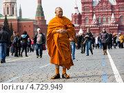 Купить «Буддийский монах прогуливается по Красной площади в Москве в весенний день», эксклюзивное фото № 4729949, снято 14 апреля 2013 г. (c) Николай Винокуров / Фотобанк Лори