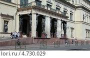 Купить «Здание нового Эрмитажа со статуями Атлантов на входе, Санкт-Петербург», видеоролик № 4730029, снято 6 июня 2013 г. (c) Кекяляйнен Андрей / Фотобанк Лори
