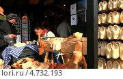 Купить «Голландия. Парк Кёкенхоф. Мастер по изготовлению кломпов выжигает на башмаках дарственные надписи  по заказу туристов», эксклюзивный видеоролик № 4732193, снято 5 апреля 2013 г. (c) Виктория Катьянова / Фотобанк Лори