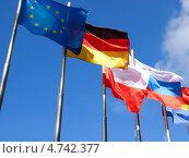 Купить «Флаги на голубом небе», фото № 4742377, снято 17 октября 2018 г. (c) Сергей Куров / Фотобанк Лори