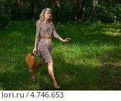 Купить «Красивая девушка в пёстром платье идёт по летнем лесу», фото № 4746653, снято 13 июня 2011 г. (c) Станислав Фридкин / Фотобанк Лори