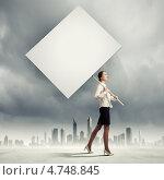 Купить «Стройная красивая бизнес-леди прогуливается с большим плакатом», фото № 4748845, снято 13 июля 2020 г. (c) Sergey Nivens / Фотобанк Лори