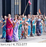 Купить «Кришнаиты танцуют на улице. Санкт-Петербург», эксклюзивное фото № 4753077, снято 12 июня 2013 г. (c) Александр Щепин / Фотобанк Лори