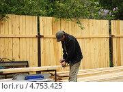 Купить «Дачник строит забор», фото № 4753425, снято 12 июня 2013 г. (c) Копылова Ольга Васильевна / Фотобанк Лори