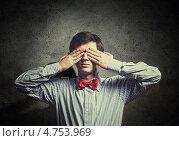 Купить «Слепота. Мужчина закрывает глаза руками», фото № 4753969, снято 20 марта 2019 г. (c) Sergey Nivens / Фотобанк Лори